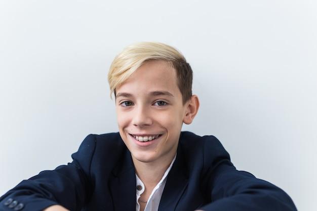Aantrekkelijke elf-jarige jongen met beugels aan zijn tanden. tandheelkunde en tienerconcept.