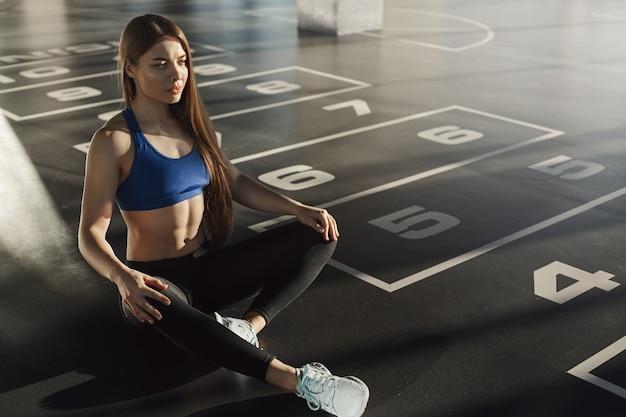 Aantrekkelijke fit vrouwelijke atleet met behulp van sportschool lidmaatschap opleiding in s