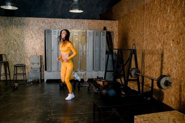 Aantrekkelijke fitness vrouw opgeleid vrouwelijk lichaam levensstijl portret sporten hoge kwaliteit foto's