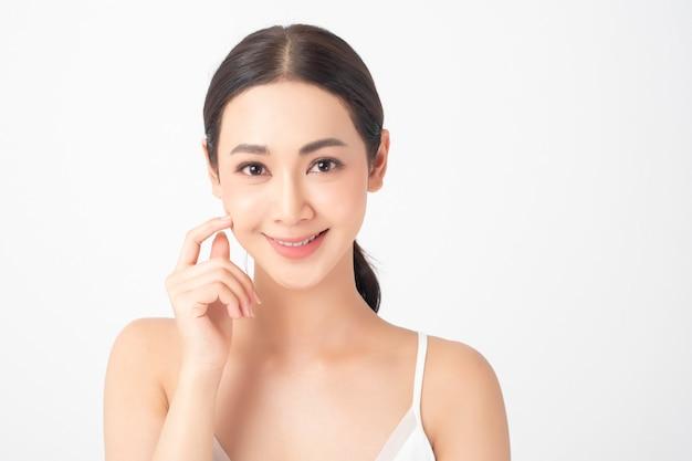 Aantrekkelijke gezonde aziatische vrouw met schoonheid skincare