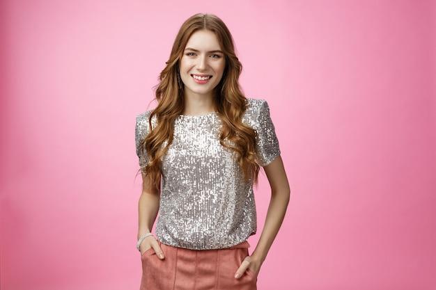 Aantrekkelijke glamour jonge stijlvolle meisje klaar hit party rock dansvloer glimlachend gelukkig plezier pr ...