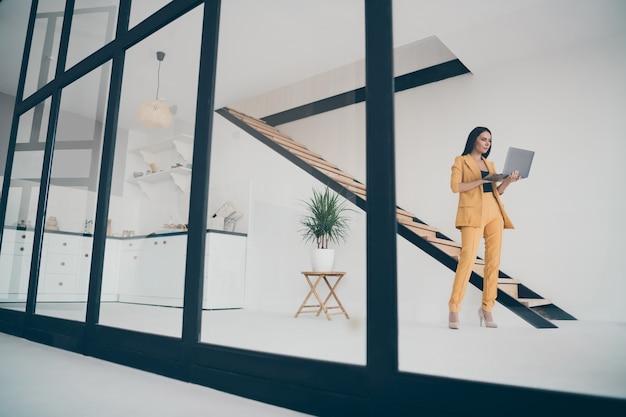 Aantrekkelijke glamoureuze dame poseren binnenshuis