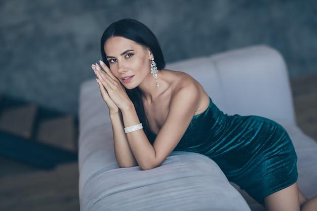 Aantrekkelijke glamoureuze vrouw poseren binnenshuis