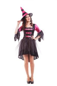 Aantrekkelijke glimlachende jonge donkerbruine vrouw verkleed als heks