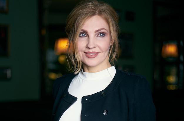 Aantrekkelijke glimlachende zakenvrouw van middelbare leeftijd in portret draagt zakelijke outfit