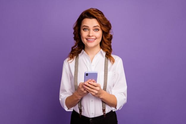 Aantrekkelijke grappige dame casinospeler houden telefoon brede glimlach