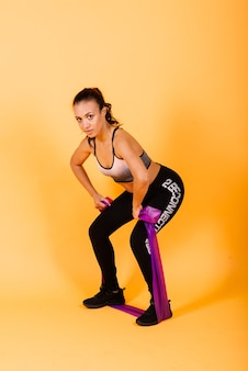 Aantrekkelijke jonge afro-amerikaanse sport fitness vrouw in sportkleding uit te werken
