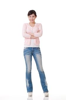 Aantrekkelijke jonge aziatische vrouw, volledig lengteportret met bezinning in studio witte achtergrond.