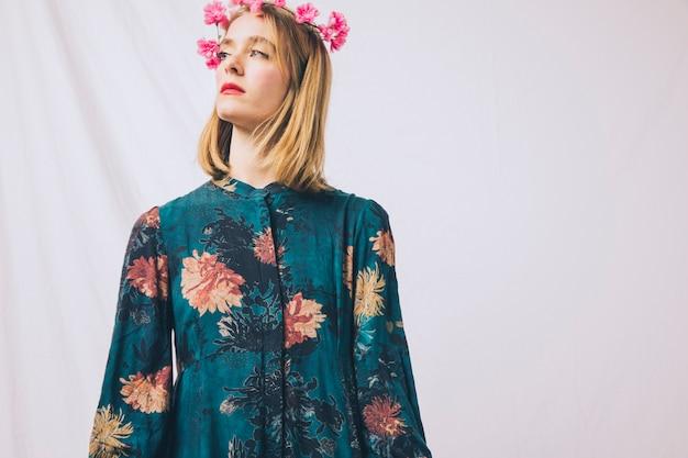 Aantrekkelijke jonge blonde vrouw met bloemkroon op hoofd