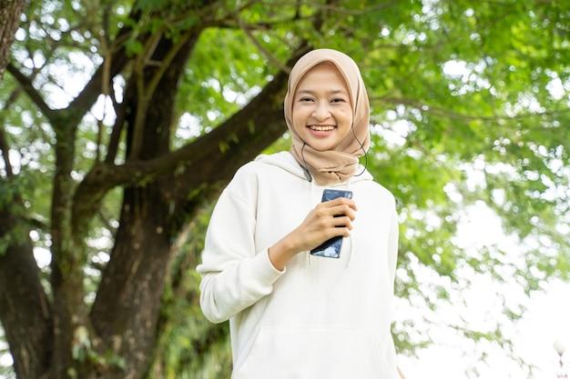 Aantrekkelijke jonge moslimvrouw die tijdens het vasten van de ramadan buiten loopt