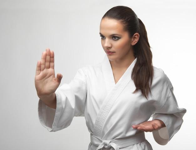 Aantrekkelijke jonge sexy vrouwen in een karate pose