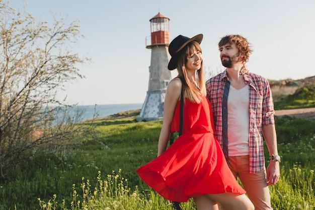 Aantrekkelijke jonge stijlvolle paar verliefd op het platteland