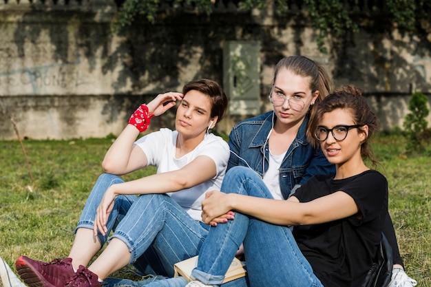 Aantrekkelijke jonge vrienden die tijd doorbrengt in park