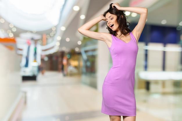 Aantrekkelijke jonge vrouw dansen