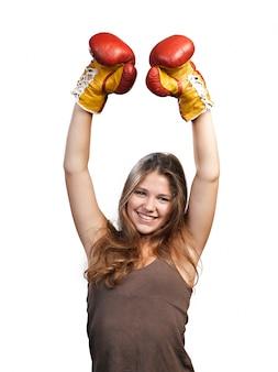 Aantrekkelijke jonge vrouw die bokshandschoenen draagt