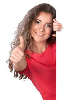 Aantrekkelijke jonge vrouw die een dreun geeft en naast een leeg bord staat