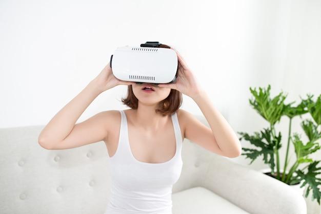 Aantrekkelijke jonge vrouw die haar vr-headset aanpast en glimlacht