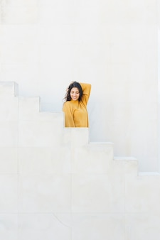 Aantrekkelijke jonge vrouw die zich op trap