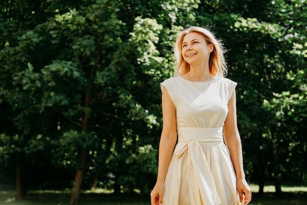 Aantrekkelijke jonge vrouw genieten van haar tijd buiten in het park.