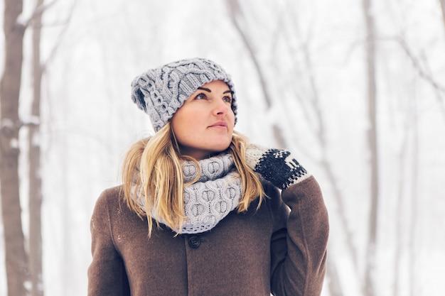 Aantrekkelijke jonge vrouw in de winter buiten