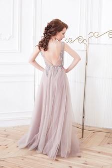 Aantrekkelijke jonge vrouw in een prachtige jurk
