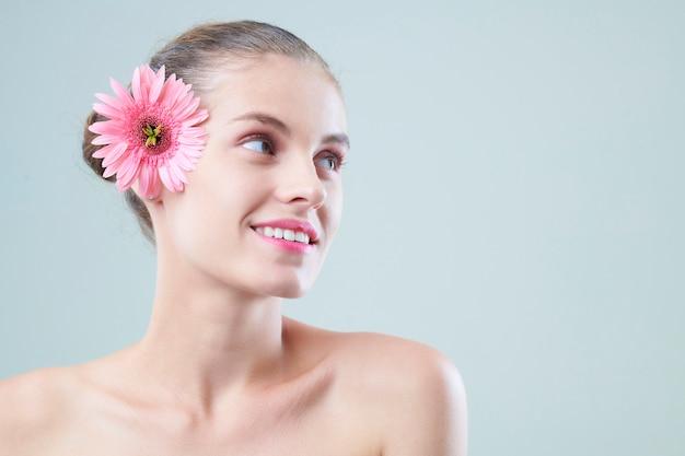 Aantrekkelijke jonge vrouw met de zomerbloem