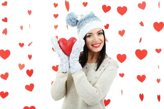 Aantrekkelijke jonge vrouw met hart op valentijnsdag