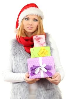 Aantrekkelijke jonge vrouw met kerstcadeaus, geïsoleerd op wit