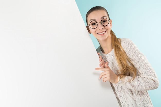 Aantrekkelijke jonge vrouw met spatie