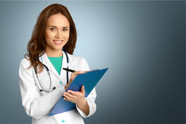 Aantrekkelijke jonge vrouwelijke arts op blauwe achtergrond