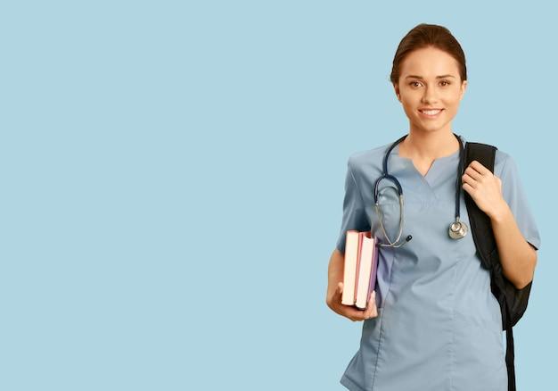 Aantrekkelijke jonge vrouwelijke artsstudent op background