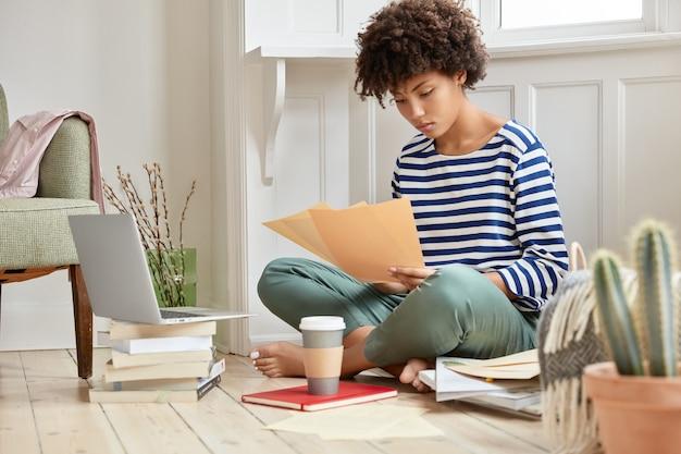 Aantrekkelijke jonge zakenvrouw thuis werken