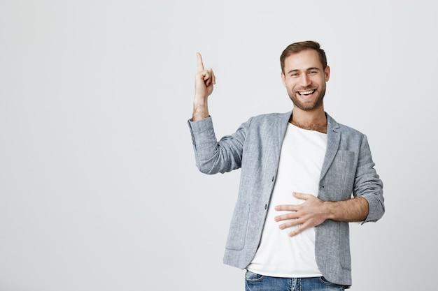 Aantrekkelijke kaukasische bebaarde man in casual jas omhoog