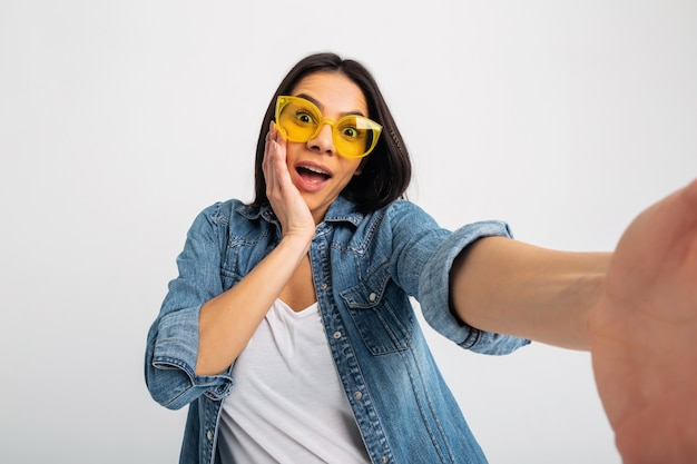 Aantrekkelijke lachende opgewonden vrouw selfie foto maken met verbaasd gezicht geïsoleerd op wit