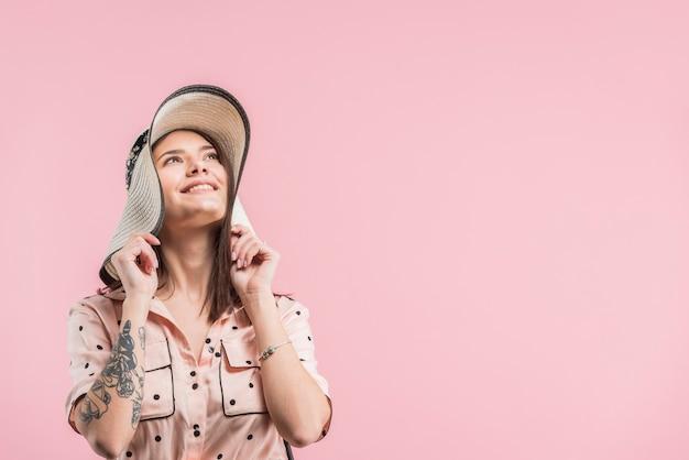 Aantrekkelijke lachende vrouw in hoed