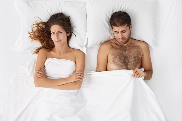 Aantrekkelijke man die teleurgesteld en depressief is vanwege erectiestoornissen