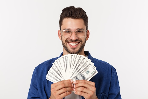 Aantrekkelijke man houdt contant geld in een hand, op