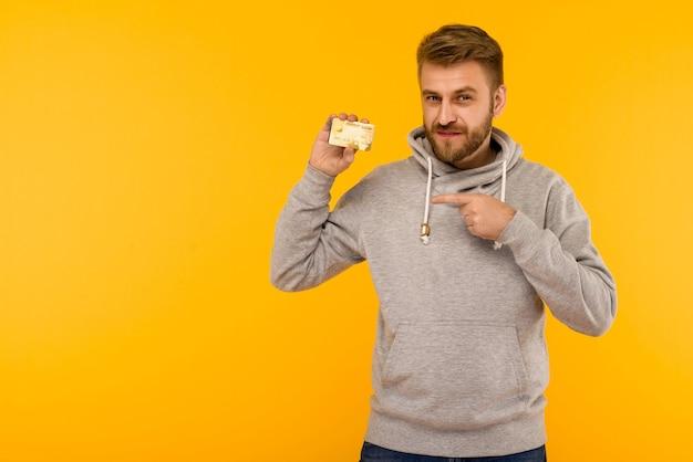 Aantrekkelijke man in een wijst een vinger naar het krediet