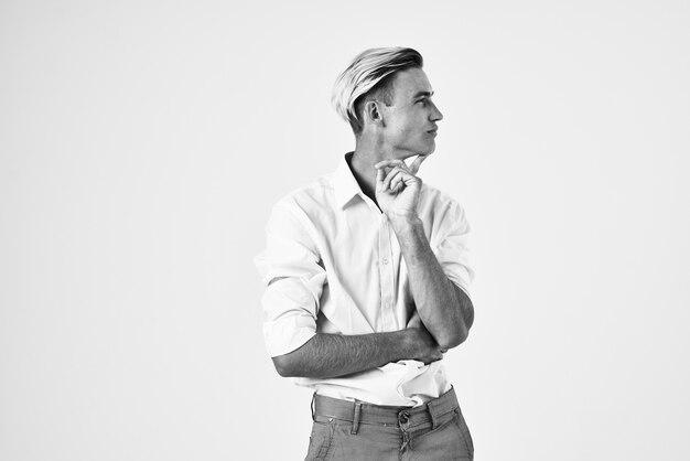 Aantrekkelijke man in wit overhemd trendy kapsel zelfvertrouwen mode levensstijl