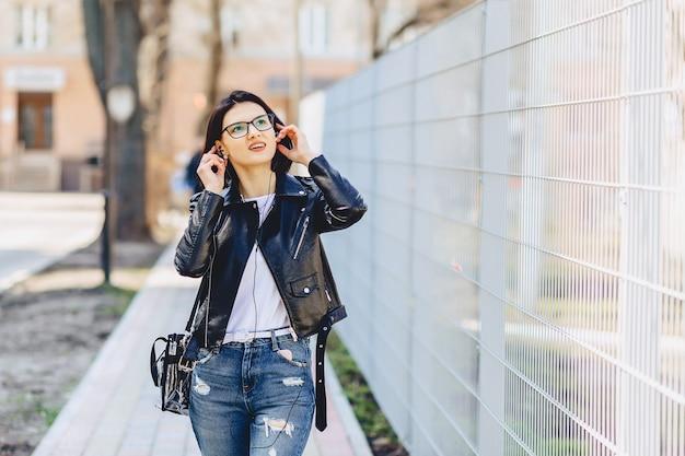 Aantrekkelijke meisjes grappige het luisteren muziek in hoofdtelefoons