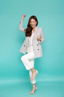 Aantrekkelijke mooie aziatische vrouw en handen omhoog op groene achtergrond