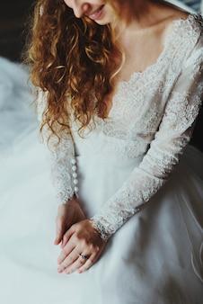 Aantrekkelijke mooie bruid die verlovingsring bij de hand toont