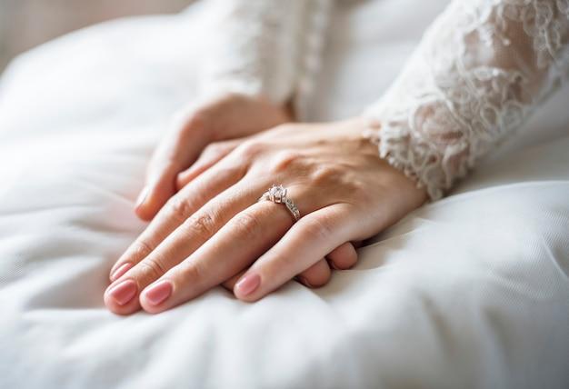 Aantrekkelijke mooie bruid trouwring trouwring op hand tonen
