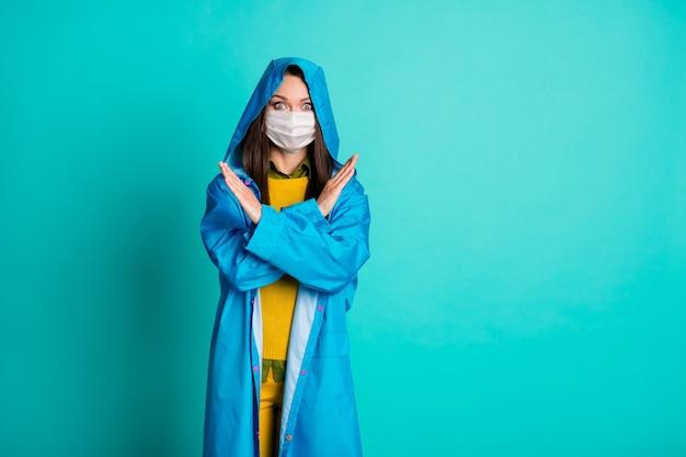 Aantrekkelijke mooie dame gebruik medisch beschermend masker gekruiste armen