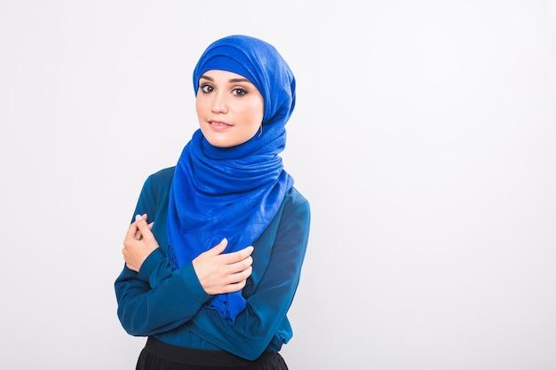 Aantrekkelijke moslimvrouw op witte achtergrond, studio shot