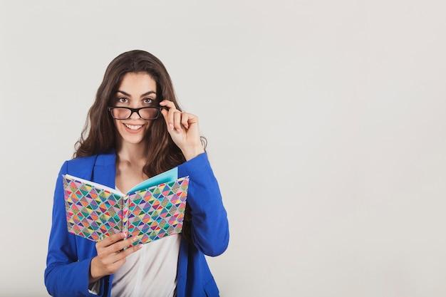 Aantrekkelijke onderneemster die een notebook