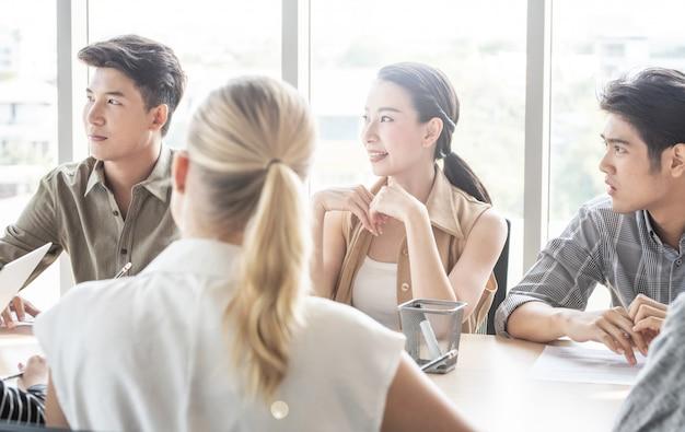 Aantrekkelijke onderneemster en zakenman die aan het spreken van de mentorbus luisteren