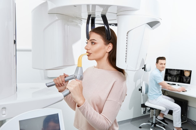 Aantrekkelijke patiënt die röntgen doet