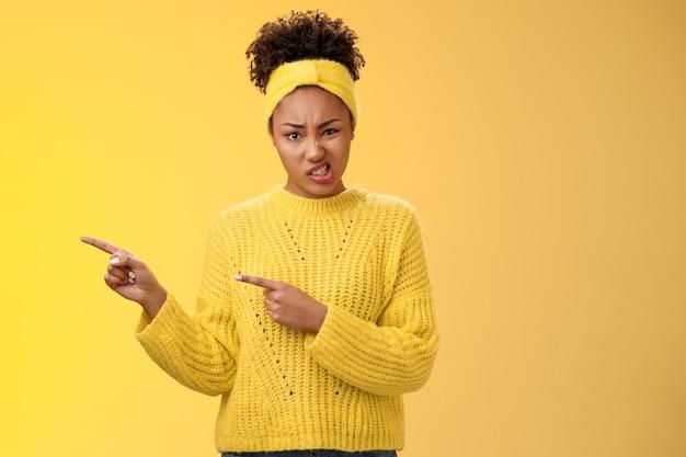 Aantrekkelijke peeky glamour afro-amerikaanse vriendin uiten afkeer twijfel fronsen ineenkrimpen afkeer...