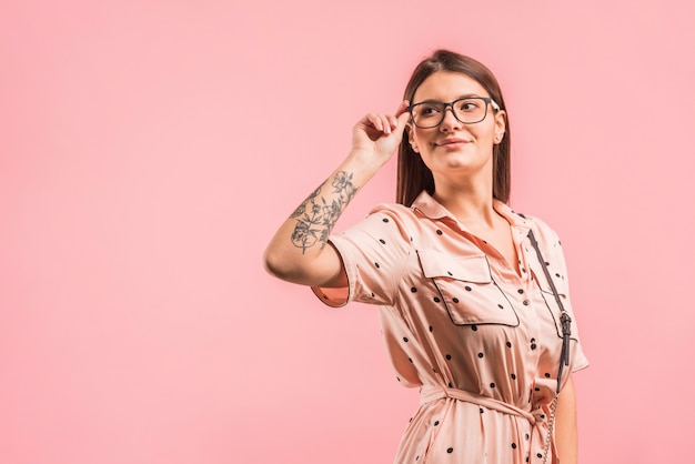 Aantrekkelijke positieve vrouw in brillen en kleding